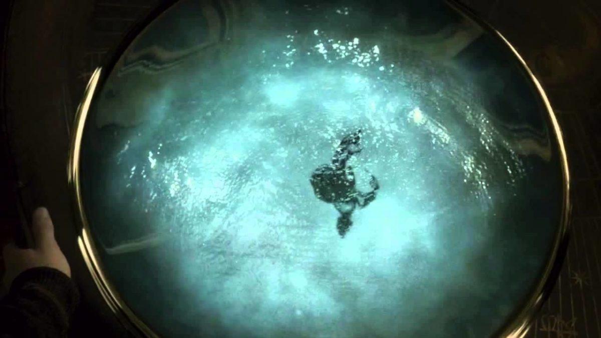 Bir metrelik büyük bir tas içinde mavi dalgalı bir su ve içine dökülmüş siyahi bir mürekkep