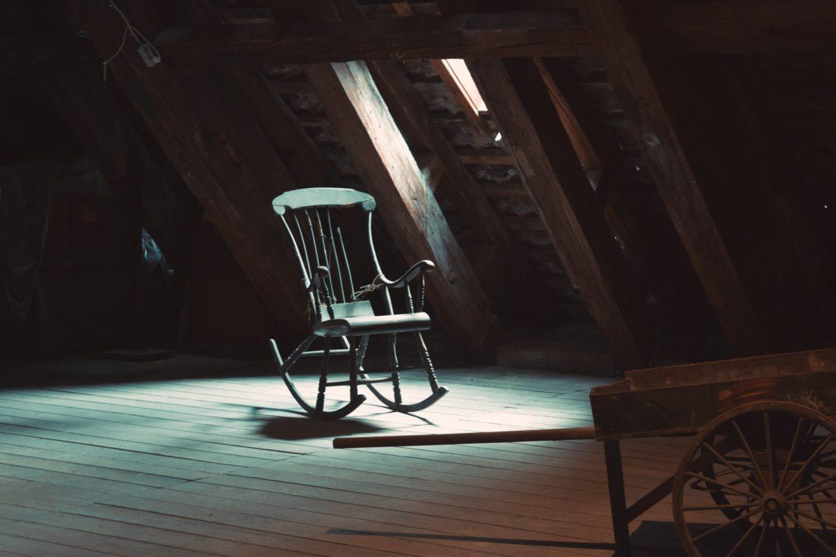 Tavan arasına kaldırılmış eski bir sallanan sandalye